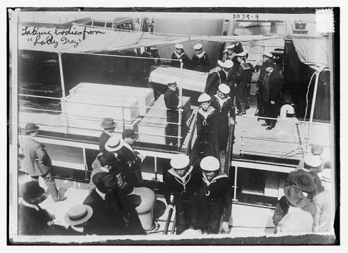 Sailors_unloading_coffins_from_the_Lady_Grey_(Quebec_City,_1914)